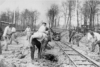 Para tahanan yang melakukan kerja paksa. Kamp konsentrasi Buchenwald, Jerman, antara tahun 1940 dan 1945.