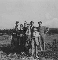 Niños judíos refugiados por la población protestante...
