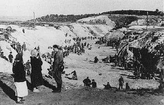 Un membre d'un Einsatzgruppe (unité mobile d'extermination)...