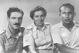 Zvi Ben-Yaakov (left) and Haviva Reik (center), Jewish parachutists under British command. Their mission was to aid the Jews in Czechoslovakia, where they were caught by the Nazis and executed. Palestine, before September 1944.