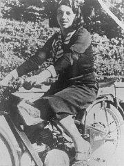 Jewish parachutist Haviva Reik, before her emigration...