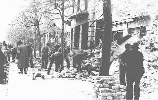 Judíos obligados a sacar escombros de las calles luego...
