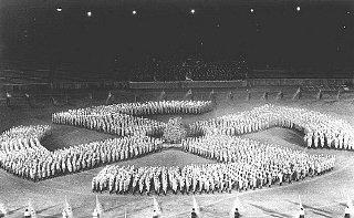 En un mitin, miembros de la Juventud Hitleriana desfilan...