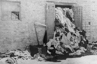 Depósito de roupas retiradas dos prisioneiros em Au...