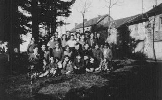 Anak-anak Yahudi yang dilindungi di rumah anak Maison...