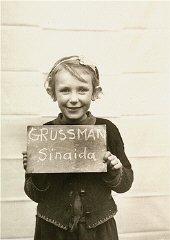 فتاة في مركز الأطفال بدير إندرسدورف تم تصويرها وهي تحاول المساعدة في التعرف على بعض أقاربها الناجين.