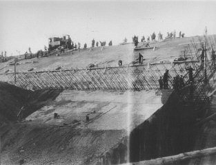 Prisoners at forced labor constructing the new Dachau satellite camp of Weingut I in Mühldorf . Germany, 1944.