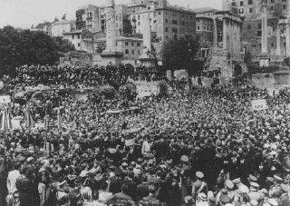 Des milliers de gens se rassemblent sur le Forum romain...