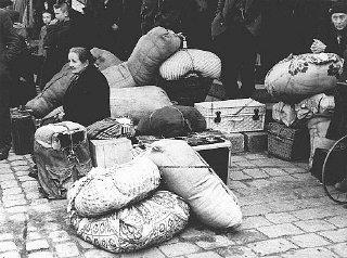 Réfugiés arrivant à Prague en provenance des Sudètes...