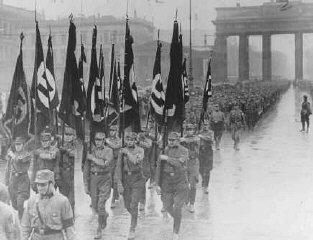 冲锋队 (SA) 成员穿过勃兰登堡 (Brandenburg) 大门。