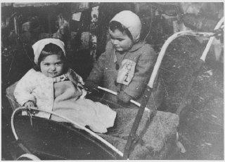 Enfant portant l'insigne juif obligatoire.