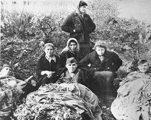 南斯拉夫游击队员与来自巴勒斯坦的犹太伞兵。