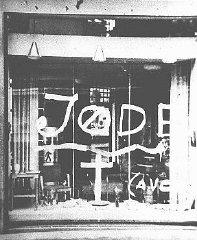 Graffiti antisémite sur la vitrine d'une boutique appartenant...