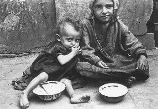 Bambini mangiano nelle strade del ghetto.