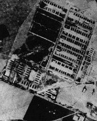 Vue aérienne du camp de concentration et d'extermination...