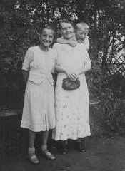 Helene Gotthold, a Jehovah's Witness, was beheaded for her religious beliefs on December 8, 1944, in Berlin. She is pictured with her children. Germany, June 25, 1936.