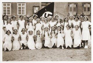 Retrato de un grupo de niñas alemanas posando en el...