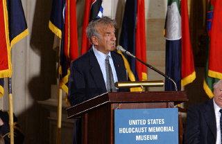 Elie Wiesel pronuncia un discurso en la ceremonia de...