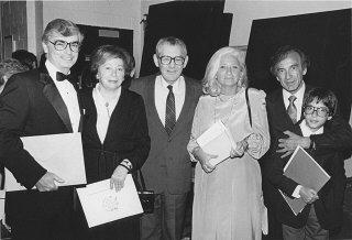 Elie Wiesel (derecha), con su esposa y su hijo, durante...