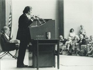 Elie Wiesel pronuncia un discurso en la conferencia...