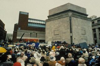 Una gran multitud llena el Eisenhower Plaza durante...