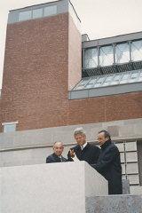 El presidente Bill Clinton (centro), Elie Wiesel (derecha)...