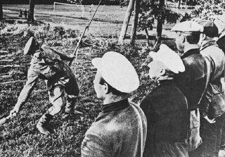 소련군 훈련관이 빨치산들에게 수류탄 사용법을 지도하고 있다.