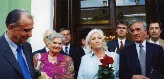 Elie Wiesel con su esposa Marion y el presidente Ion...