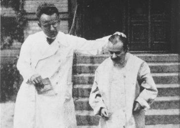 A physician displaying a patient at the Karl-Bonhoeffer psychiatric clinic. Berlin, Germany.