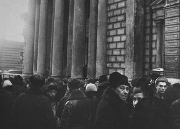 Jews wait outside the Moscow synagogue.