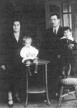 Portrait of Jakob Blankitny, his parents, and his sister, circa 1928.