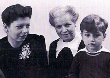 Pieter (Peter) Kohnstam with his mother and grandmother.
