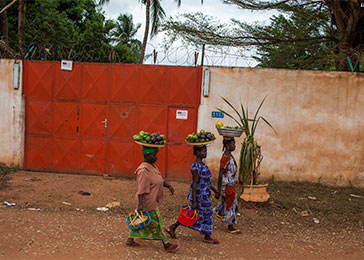 Women pass by the US embassy in Bangui, which has temporarily suspended operations. March 2014.
