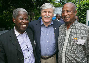 Ami Mpungwe (left), Tanzania's facilitator for the Arusha peace negotiations; Lieutenant-General Roméo Dallaire (center), force commander of the UN Assistance Mission for Rwanda (UNAMIR); and Patrick Mazimhaka, vice-chairman of the Rwandan Patriotic Front (1993–98), talk outside The Hague Institute for Global Justice before the next session starts.