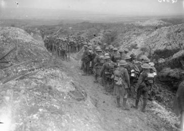British troops in a sunken road between La Boisselle and Contalmaison, during the Battle of the Somme. France, July 1916.