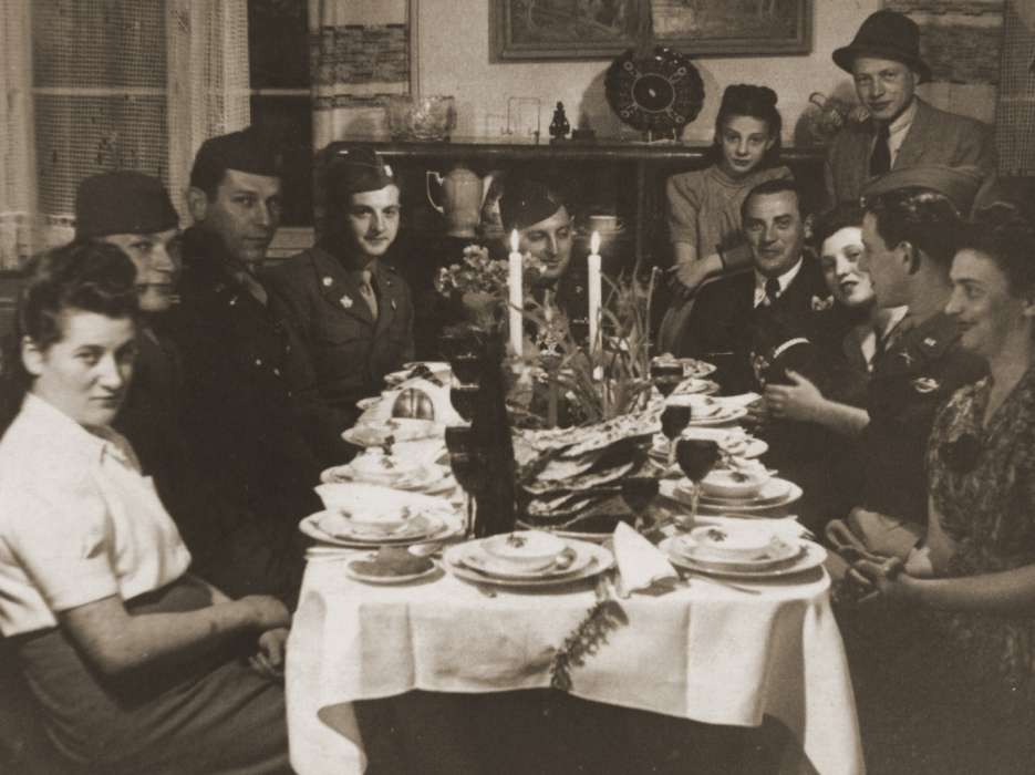 Hinda Chilewicz and Welek Luksenburg attend a Passover seder at the home of Mary Ganzweich in Bayreuth, 1946.