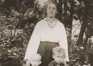 Beatrice and Erika Neumann with their nanny, Anna.