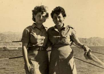 Photograph of Sala Perec with a fellow soldier in the Israeli army.