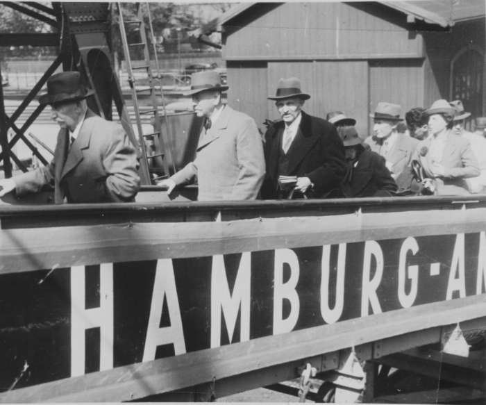 Passengers board the SS St. Louis
