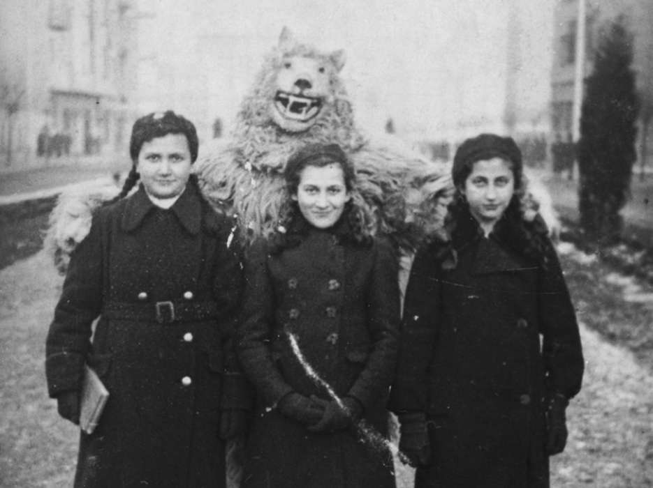 Hinda Chilewicz (middle) and her two cousins with a bear.