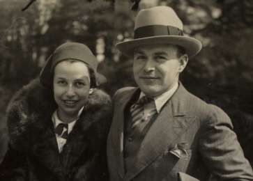 Close-up portrait of Frits and Ellen Mendels shortly after their marriage.