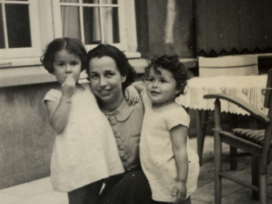 Ellen Hess Mendels visits her family home in Hamburg together with her young daughters, Jacqueline (right) and Manuela (left).