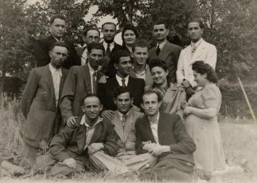 Group portrait of Jewish displaced persons. Shulamit Perlmutter is pictured second from the right in the second row. The original caption reads 'To Shulamit for eternal memory from Gregory Nudelman.