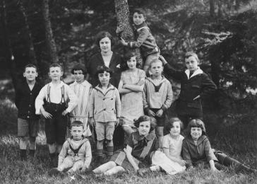Children from a religious school in Bremen. Gerd Zwienicki is seated in the bottom, left.