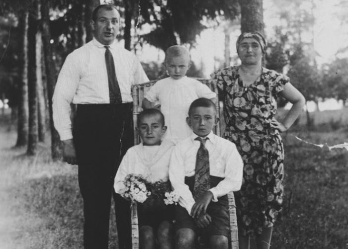 A Lithuanian-Jewish couple poses in the park with their three children. Pictured are Sara, Nesse, Menasche, Yechezkel and Pinchas Galperin.