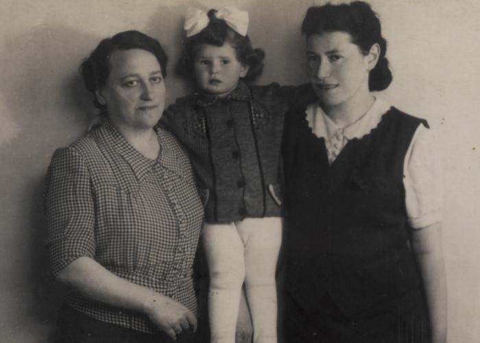 Portrait of Elizabeth Lusthaus standing between her great aunt on the left and her mother Helena Lusthaus on the right. The aunt perished in the Holocaust.