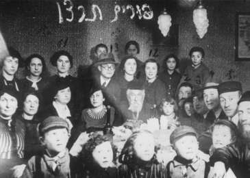 Members of the extended Rosenthal Vigotska family at a Purim celebration.  Among those pictured is Yona Wygocka Dickmann.