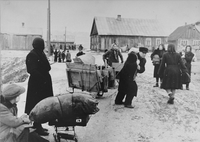 Jews move their belongings into the Kovno ghetto.