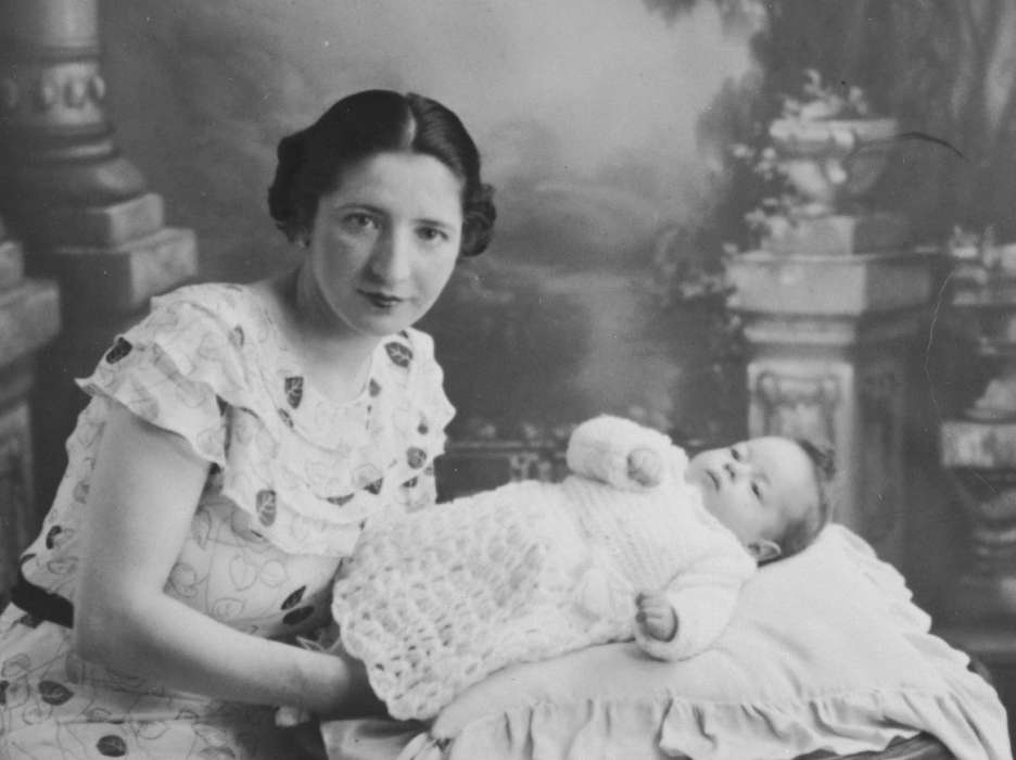 Gitel Münzer poses with her infant daughter, Eva.