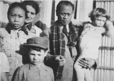 Indonesian-Dutch rescuers, Tole Madna and Mima Saina, pose with Alfred Münzer, who they are hiding in The Hague.